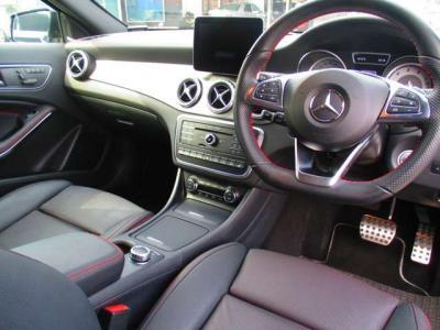 レッドステッチ入りブラックハーフレザーシートを搭載!運転席にはメモリー機能付きパワーシートやシートヒーターを完備。