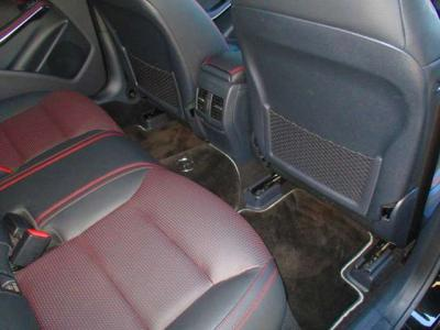 大人の方でもゆったり乗れる後部座席、足元のスペースも充分にあります。ブラックレザーシートでスポーティになっております。