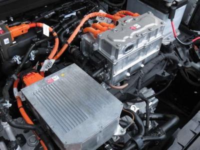 100kwを発揮する電気モーターを搭載、バッテリーを底面に搭載することで安定感のある走りを楽しめます。