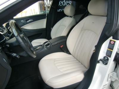 限定車では黒と白を基調とした内装です。