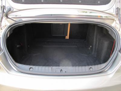 トランクの開口部も広くかなり上の方まで跳ね上げることができます。