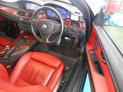 足元ゆったりの運転席には赤レザーのスポーツシート。アルピナエンブレムも付いており座っただけで特別な車だと感じることができるほど質感はいいですよ。