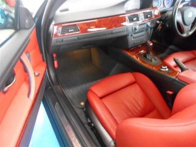 助手席も運転席よりもさらに広い空間を確保しており足を伸ばしてゆっくりとくつろげます。前席はシートヒーターも完備でパワーシートとなっております。