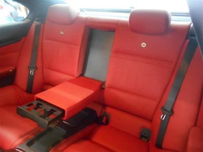 クーペの後席は狭いと思われるかたもいらっしゃるかもしれませんが、4人乗りとすることで十分なスペースを確保しています。専用のドリンクホルダーやエアコン吹き出し口も付いているのでドライブも快適です。