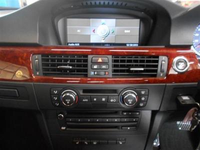 ACスイッチやオーディオ、シートヒーターやPDCのスイッチが集約されています。わかりづらい機能は付いていなく輸入車が初めてというかたでも安心してお使いいただけます。コントロールディスプレイでは車両情報も見れます。