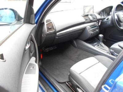 足元に余裕のある助手席にもハーフレザーのスポーツシートは1ランク上の高級感を味わえますよ!!