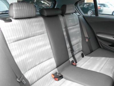 使用感の少ない後席シートは大人の男性でも余裕のあるヘッドスペースが確保され乗り降り時も気になりません。女性やお子様であれば十分くつろげる空間も確保されています。
