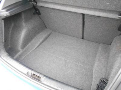 ハッチバックモデルならではの開口部の広いラゲッジスペースには330Lが確保され、後席を倒せば1150Lの大容量となります!!小さく見えても荷物はたくさん積めます。