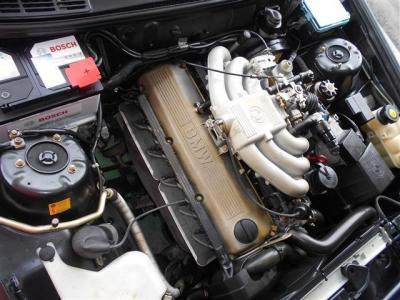 """搭載される2.0L水冷直列6気筒SOHCエンジンは129ps/16.7kg・mを発揮。小柄なボディにレスポンスよく回るBMWのシルキーシックスを堪能ください!!BMWの""""駆け抜ける歓び""""はこのお車で感じることが出来るでしょう!"""