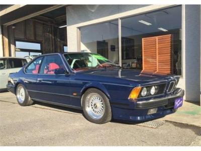 当時のBMWの特徴でもあるシャークノーズにワイド&ローのボディーが昭和を駆け抜けた時代の車であるオーラを今でも放ちます。ブログで動画配信中! http://tsutae-factory.com/m6/e24-m6-2/