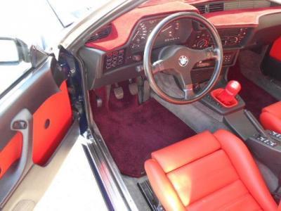 運転席は旧車ならではの雰囲気をかもし出す空間が広がり、赤革に張り替えられたホールド性の高いシートは長時間の高速クルージングでも疲れにくいシートです!!