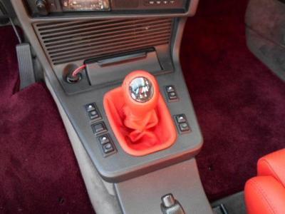 シートやドアパネルとともに赤革で張り替えられたシフトノブは使用感も無くとても綺麗。5MTはシフトフィールもよく運転が楽しくなります。