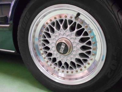 16インチのBBS RSは、昭和を代表するスーパーカーであるM6のイメージに非常にマッチしています。もちろんインチサイズのホイールですのでタイヤ探しに苦労する心配はありません!!