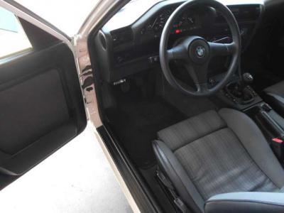 フロントシートはE30型カブリオレのシートに変更されております。傷や汚れ等の使用感が少なく、前オーナーが大切に乗られてきた証拠で、30年以上前の車とは思えないシートコンディションが保たれています。