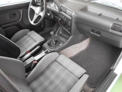 助手席もホールド感のあるカブリオレのスポーツシートで座り心地が良く、助手席のシートも目立った擦れや破れは見当たりません。E30はコンパクトボディとは思えないほど頭上や足元にも余裕がありますよ。