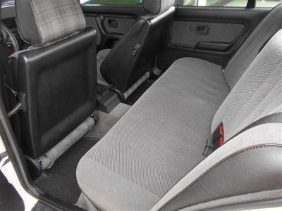 オリジナルのリアシートは30年の年月を感じさせない程使用感が少ない状態を保っており、当時の雰囲気がそのまま残されています! セダンだけあって間口が広く後部座席へのアクセスがしやすいですよ。