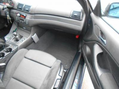 余裕のある助手席はロングドライブでもゆったりくつろげ、前席中央には純正カップホルダーも装備されてます!!