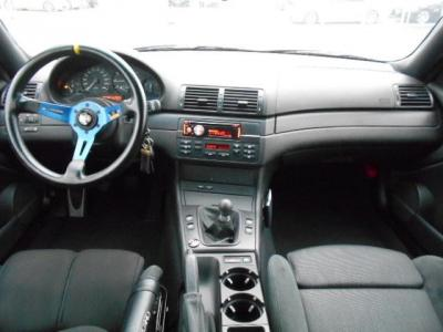 丸みを帯びた黒基調の内装は通常はMスポーツ純正アルカンターラハーフシートとカーボン調パネルでスポーティ&カジュアルな空間を演出。