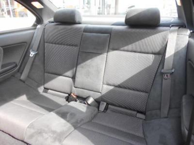 使用感の少ない後席は女性やお子様であれば十分と言えるスペースが確保されています。5名乗車なので小さなお子様を持つご夫婦でも十分対応できますよ!!