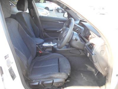 ホールド性の高いスポーツシートで電動調節式サイド・サポートも付いています。