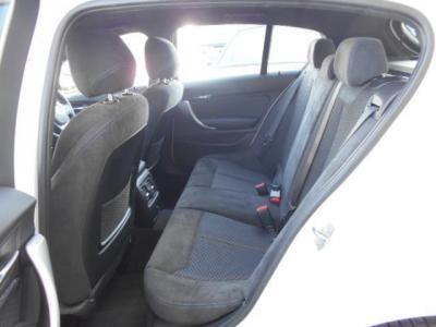 先代から改良され乗り降りし易くなった後部座席は、間口も広く取られています。