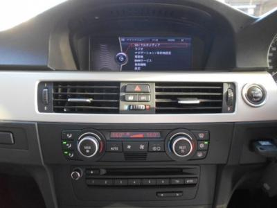 i-Driveとともに使い易くなった8.8インチワイドモニターの純正HDDナビは視認性・操作性共に向上。DVD再生可能な純正デッキを装備、ミュージックサーバー機能でHDD内に自分好みの音楽ライブラリを簡単に構築できます