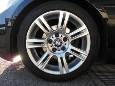 足元には重厚感のあるMスポーツ純正17インチのMダブルスポーク194を装着。 タイヤはミシュラン PS2が履かれ5〜6分山程ありますのでまだまだ走行できます!!