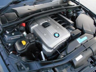 ストレートシックス2.5L直列6気筒DOHCエンジン 218ps/25.5kg・mは、3シリーズのボディーを軽々と加速させていきます。