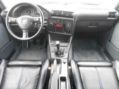 ヒストリックカーとしての雰囲気を醸し出している車内。ドライバーズシートに向けられて設置されたセンターコンソールは、さながらコックピットのようです!!
