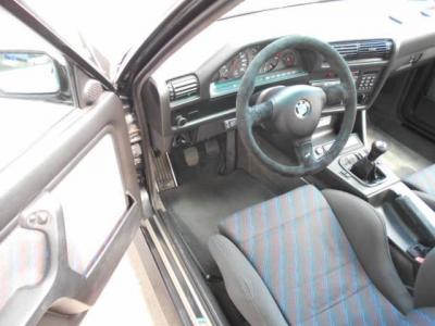 ドライバーを包み込むようレイアウトされた運転席には、M3エボリューション専用のレカロ社製セミバケットシートが鎮座し、この車の主(ドライバー)を迎え入れてくれます。
