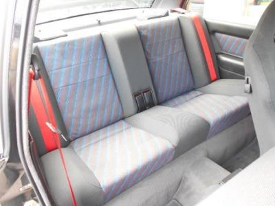 2座面のリアシートはE30 M3のボディタイプとなる2ドアセダンのカテゴリが示すとおり十分なスペースが確保されており、リアに装備された3点シートベルトが後席に座る方をしっかり守ります!!