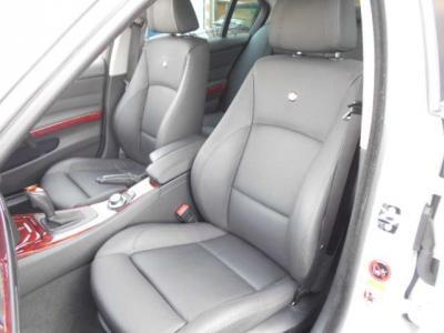 足元ゆったりの助手席もランバーサポート機能付きパワーシートで、前席は女性に嬉しいシートヒーター付き!
