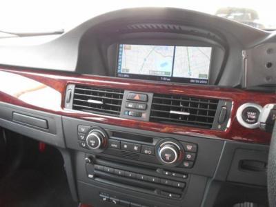 CD/DVD再生に対応する純正デッキに左右独立で温度調整可能なオートエアコンが装備!E90系は運転席側のドリンクホルダーが壊れがちですが、正常に動作します!