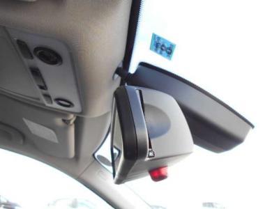 自動防眩付きバックミラーには一体型の純正ETCは純正ならではの一体感。フロントガラスにはレインセンサーが雨を感知してワイパーを自動でOn/Offします。