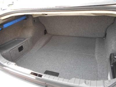 間口の広いトランクは、必要十分なラゲッジスペースが確保されています。分割可倒式の後席シートを畳めば、更に多くの荷物を収納できますよ!