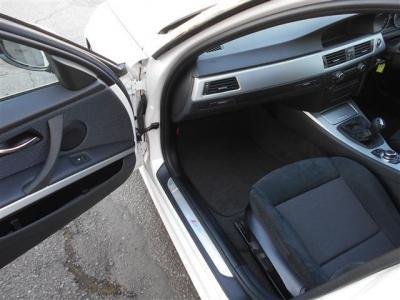 足元の空間に余裕が有る助手席のスポーツシートにもパワーシート機能が装備され、無段階でリクライニング調整が行なえます。ダッシュボード内には格納式のドリンクホルダーを内蔵しています!