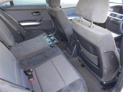 男性が座っても余裕の有る空間が確保された後部座席には、後席用エアコン吹き出し口が装備されています。背もたれ中央のアームレストにはカップホルダーが内蔵されていて快適な時間を過ごせます。