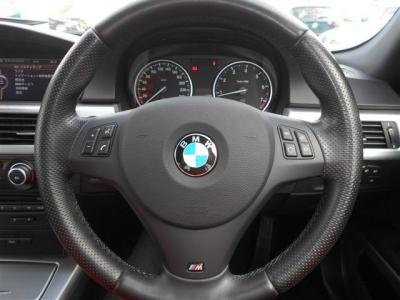 MスポーツPKG用の本革スポーツステアリングは、手元でオーディオ操作ができるマルチファンクション付き!!手になじむホールド感で、車を操る楽しさを倍増してくれます!!