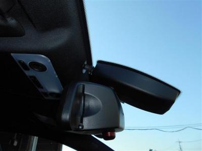 ミラー一体型の純正ETCは純正ならではの統一感ですね!! E90のフロントガラスにはレインセンサーが内蔵されており、オートワイパー機能とオートライト機能を装備しています!!