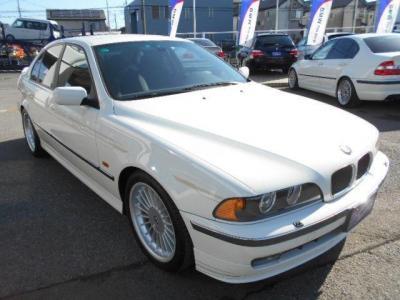 E39型5シリーズをベースとした「ALPINA B10」は、1997年〜2003年に販売されたモデルで、B10 3.2に至っては1997年〜1998年の僅か1年しか販売されていない希少モデルです。☆全国納車承ります!!