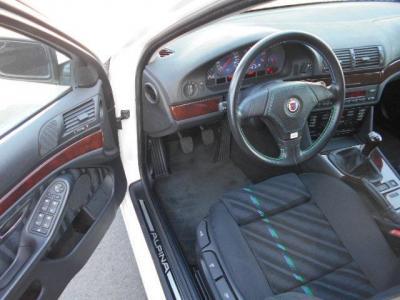 左ハンドルの運転席にはホールド性の高いアルピナステッチ入りのスポーツシートが装備され、長時間のクルージングでも疲れません。低走行車なのでドライバーズシートもへたりは全く無いですよ!!
