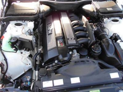 528iのエンジンがベースの3.2L直列6気筒DOHCエンジンは、260ps/5900rpm、33.6kg・m/4300rpmを発揮。思い通りのトルク感のある加速を見せてくれて、高速回転はどこまでも伸びます!