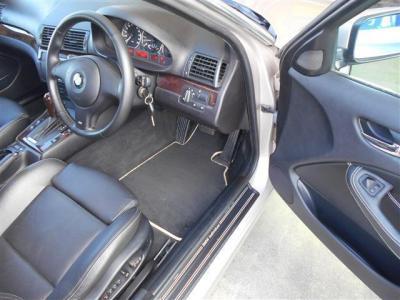 運転席はメモリー機能付きのパワーシートで、レザーを使用したホールド性の高いスポーツシートの組み合わせがドライブ時にしっかりと体をサポートしてくれます。
