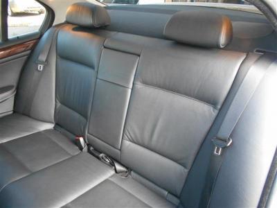 間口の広いセダンは、後席への乗降性が高く、頭上にも余裕があり大人でも十分にくつろげる居住空間が確保されています。質感の良いレザーシートの後席は、ソファーの様な高級感ある座り心地ですよ。