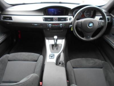 右ハンドル。黒を基調とした内装にアルミパネルのアクセント。Mスポーツのアルカンターラ生地のシート内装は、スポーティ&カジュアルな印象を与えてくれます!!