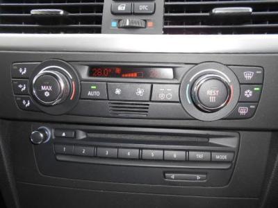 CD/DVD再生可能な純正オーディオと、左右独立で温度設定が可能なオートエアコンを搭載、AUX/USB接続インターフェースが付いているので手持ちの携帯音楽プレーヤーの音を車載スピーカーで鳴らすこともできます!!