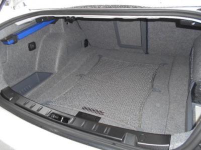 FR駆動のスポーツクーペボディとしては必要十分なスペースを確保したトランクルームです。