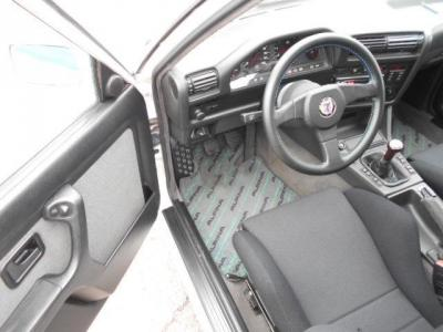 5MTの運転席にはレカロ製のセミバケットシートが装着され、ドライバーをすっぽりと心地よく包み込むホールド感でドライビングをサポートしてくれます!
