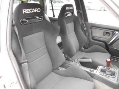 このセミバケットシートはホールド感もさることながら、人間工学に基づいて作られるレカロシートは座り心地もバッチリで長距離運転も疲れさせません!!