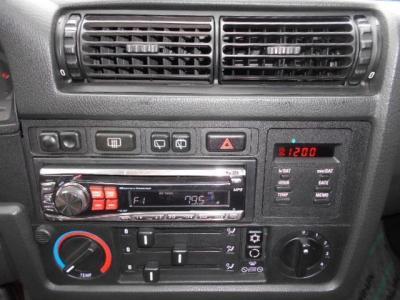 センターコンソールには1DINのCDデッキが装備され、純正エアコンも元気に機能しています!!